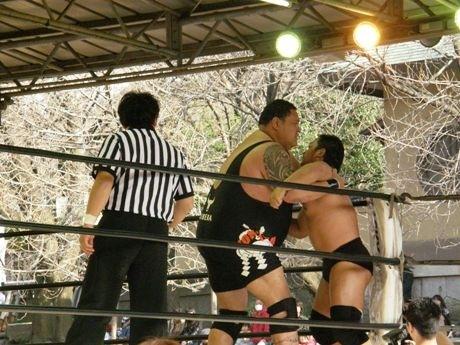 奉納相撲以来8年ぶりに「プロレスラー」として靖国神社に戻ってきた元横綱・曙。