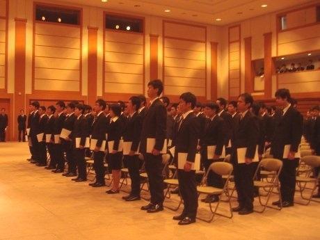 防衛省に入省した122人の新職員。