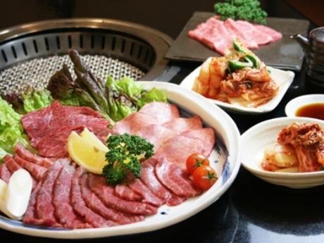 稀少部位を含む盛り合わせと1品料理、飲み放題をセットにしたコースメニューも提供する。
