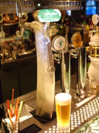 日本初上陸となった「Heineken Extra Cold」の専用サーバー。独自の冷却方法によりサーバー本体が氷で覆われている。