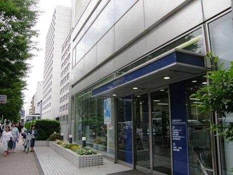 外堀通り沿いにある東京理科大学。写真手前は入試センター。