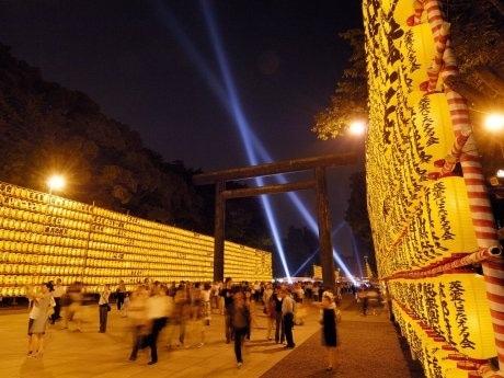 「みたままつり」の開催期間中、ちょうちんで飾られた参道には200店もの夜店が軒を連ねる。