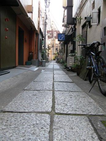四谷荒木町の路地に残る石畳。老舗や隠れ家的な名店も数多く存在する。