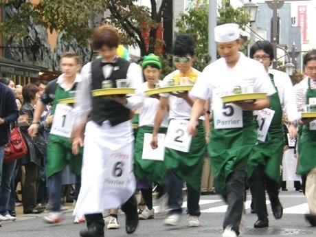 参加者は思い思いの衣装でレースに。中には仮装で臨む参加者の姿も。