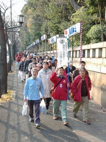 麹町から吉良邸までの約7キロを歩く「麹町の赤穂浪士ツアー」。写真は前回の様子。