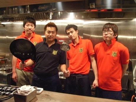 飯田橋にオープンした「二代目 つじ田」のスタッフ。写真右から池端さん、辻田オーナー、嶋田店長、柳田さん。