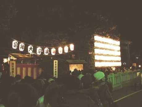 夜も行列が絶えない東京大神宮(1月1日)