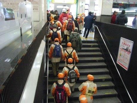 JR四ツ谷駅の構内では避難誘導や負傷者の応急救護などの訓練が実施された。写真は駅職員の誘導で避難する参加者の様子。