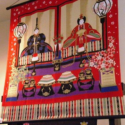 風呂敷専門店「やまとなでしこ」で販売している「ひな祭り」風呂敷。店内ではタペストリーとしての飾り方を提案している。