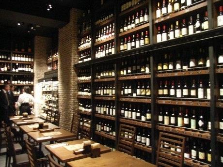 三井ガーデンホテル四谷の地下1階にオープンした「BOTTEGA四谷店」。壁一面に600種類のワインが並ぶ。