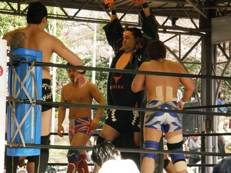 靖国神社の境内相撲場特設リングで行われる「奉納プロレス」。曙選手は昨年に引き続き参戦する。(昨年の様子)