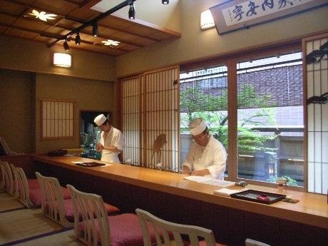 神楽坂の路地裏に同時オープンする「加賀生麩割烹 神楽坂 前田」と「Kagurazaka MAEDA L'escalier」。一軒家を改装し、1・2階を日本料理店、地下1階をシャンパンバーとして営業する。(画像=1階カウンター席)