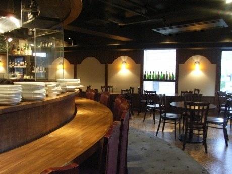 神楽坂の路地にオープンした「RaySam(レイサム)」。カジュアルな雰囲気の店内で炭火焼きとワインをメーンに提供する。