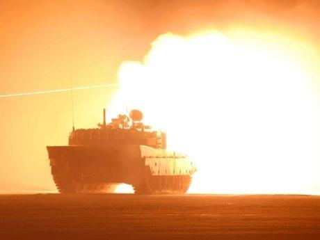 射撃を行う自衛隊の主力戦車「90式戦車」