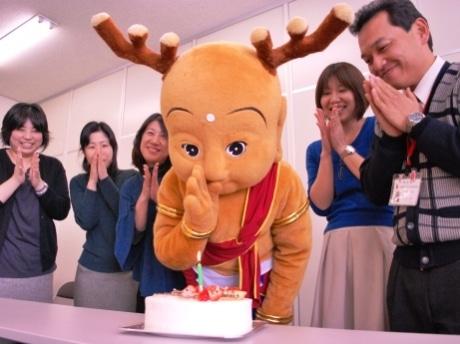 その誕生こそ日本中から賛否が相次ぐも、現在「ひこにゃん」と並びゆるキャラ界をリードする「せんとくん」。所属の平城遷都1300年記念事業協会の職員とともに迎えた1歳の誕生日の様子(2009年2月/提供:奈良経済新聞)