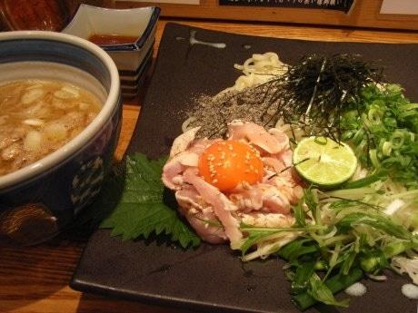 人気ラーメン店「麺や 庄の」と「麺屋 宗」がコラボした「地鶏ユッケの和えつけ麺」。