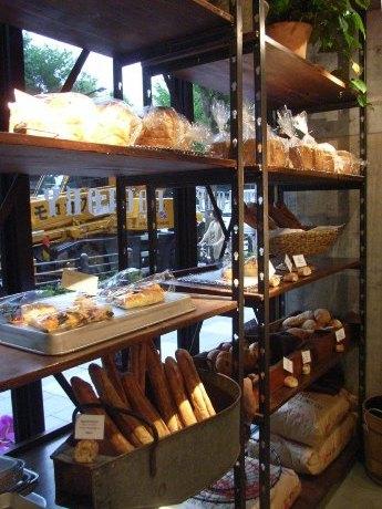 靖国通り沿いにベーカリーカフェ「FACTORY」がオープンした。店内で焼き上げるパンは常時25~40種類。店内には20席のイートインスペースも。