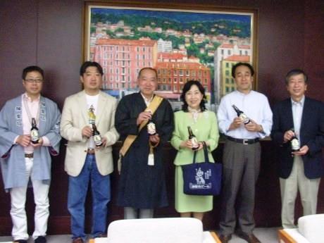 伊東宏祐さんら神楽坂を代表する有志らが中山弘子新宿区長に「神楽坂ビール」を贈呈した。「神楽坂ビール」の発売は今月26日。