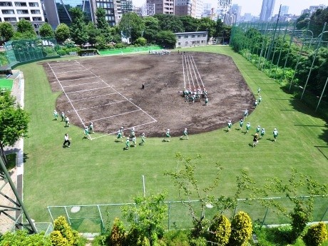リニューアルで芝生化された外濠公園総合グラウンド