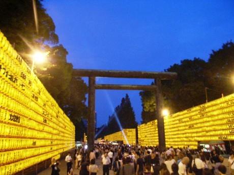 靖国神社で始まった「みたままつり」。大小3万個を超えるちょうちんが夏の夜空を美しく彩る。