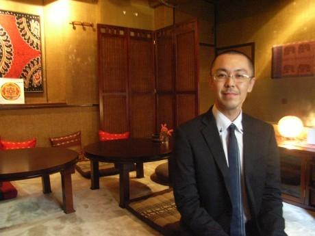 「坊主バー」の隣にオープンした「駆け込み寺」。アジアンテイストの室内で現役住職の羽鳥裕明さんがカウンセリングや占いを行う。