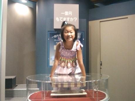 人気の高い「1億円持てますか?」のコーナー。1億円の重さは約10キロ。一万円札を縦に並べると、東京タワー4.8個分の高さになるという。