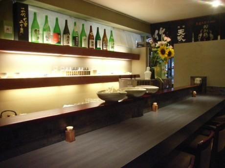 四ツ谷にオープンした日本酒専門店「酒徒庵」。落ち着いた雰囲気の店内で250種類の日本酒と干物、カキを提供する。