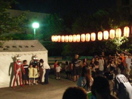 若宮公園で行われたウルトラマンとの撮影会。大勢の子供たちや家族連れでにぎわいを見せた。