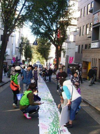 「神楽坂まち飛びフェスタ2009」の最終日、神楽坂の坂道700メートルをキャンバスにした「坂にお絵描き」が行われた。