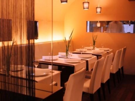 神楽坂・毘沙門天善國寺裏にオープンするフレンチレストラン「TeMARI」。(画像は1階テーブル席)