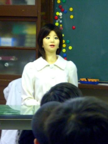 富士見小学校でロボットを学ぶ授業が行われ、アンドロイドの「SAYA」が多彩な表情を見せながらさまざまなロボットを紹介した。