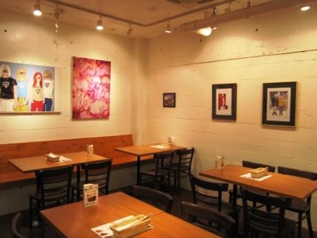 信濃町で1周年を迎えたカレー店「RED CHILI」。店内はカフェのような雰囲気。