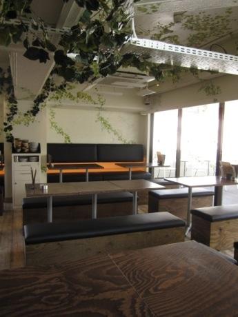 白を基調とした明るくカジュアルな雰囲気の7階客席。テラス席からは外堀を見下ろせる。