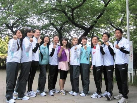 Qちゃんこと高橋尚子さんと高橋さん率いる民間親善大使「チーム10」メンバーたち。