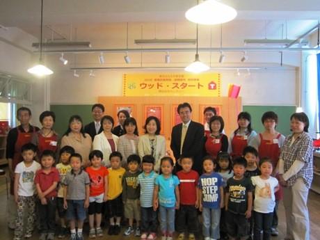ウッドスタート開始記念セレモニーが開催され、初の招待となった区立百人町保育園の園児と中山弘子新宿区長、多田千尋館長らが出席した。