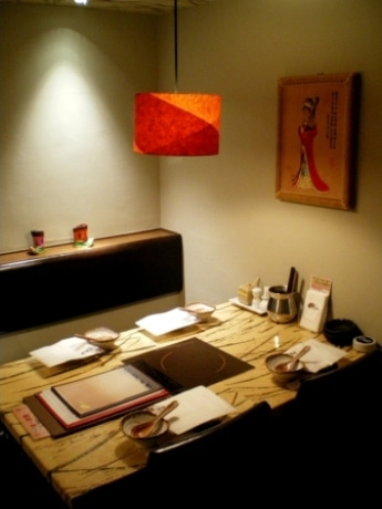 新宿通り沿いの中央総合ビル6階にオープンした蒙古薬膳火鍋しゃぶしゃぶ専門店「小尾羊 四ツ谷店」(画像=店内の様子)。