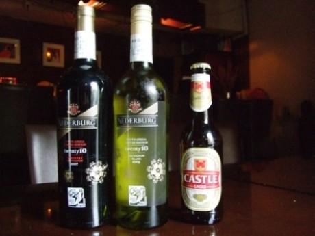 神楽坂のアフリカ料理専門店「Tribes」で提供しているW杯公認ワインと南アフリカビール。