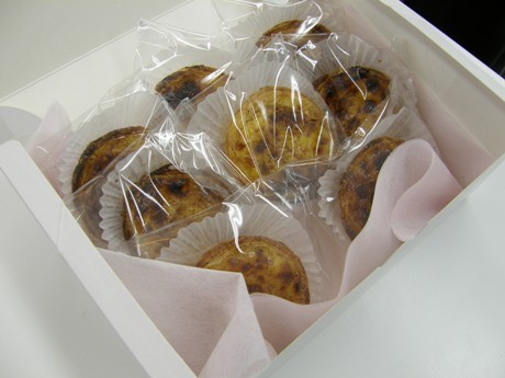 行商「DOCE ESPIGA(ドース イスピーガ)」が販売するポルトガルの伝統菓子「パステル デ ナタ(エッグタルト)」。