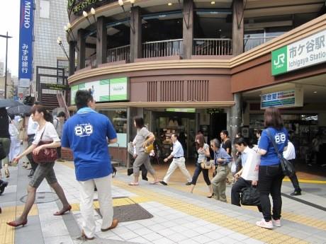 JR市ケ谷駅周辺で「プチプチの日」を記念したイベントが行われ、そろいのTシャツを着た川上産業の社員が「プチプチ」を使ったオリジナルグッズを無料配布した。