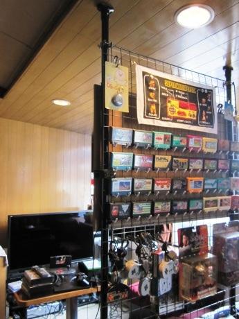 曙橋駅近くにオープンするゲームカフェ&バー「NINETY.」。店内には、ゲーム関連グッズ以外にも林さんのコレクションが多数並ぶ。