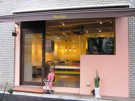 靖国通り沿いにオープンしたドックカフェ「Mew Cafe」。
