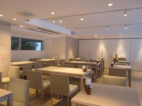 神楽坂・赤城神社境内にオープンした「あかぎカフェ」。ガラス張りで明るく開放的な雰囲気の店内。