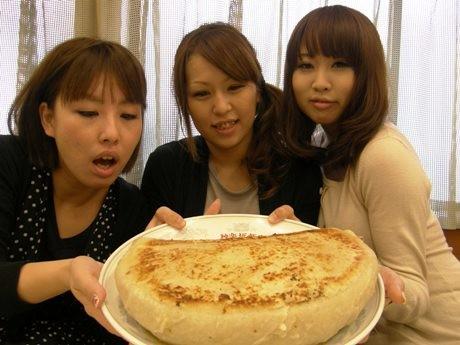 「ジャンボ餃子」にチャレンジした女性たち