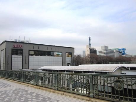 「エコステ」のモデル駅第1弾として今春から改良工事が行われるJR四ツ谷駅前の様子