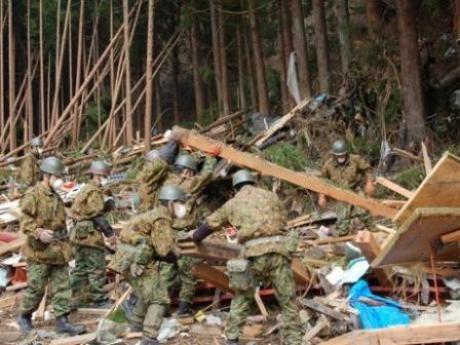 障害物を除去しながら捜索活動を行う陸上自衛隊員
