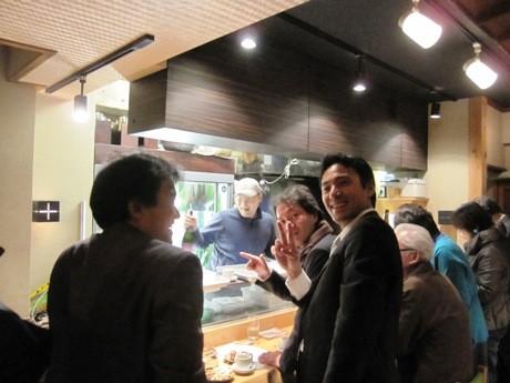 現在「立ち飲みやまちゃん」として営業している居酒屋「やまちゃん」で募金をしながら日本酒を楽しむ人たち