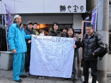 石巻市での2度目の炊き出しに出発した人気ラーメン店の店主ら(写真左=庄野智治さん)