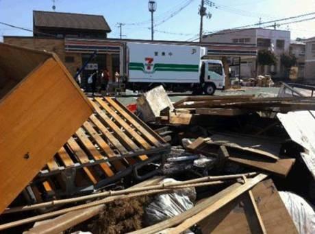 被災した店舗前で営業を行う冷蔵配送車を利用した「移動販売車」