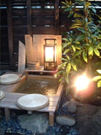 チャリティー開放中の「庭の足湯」
