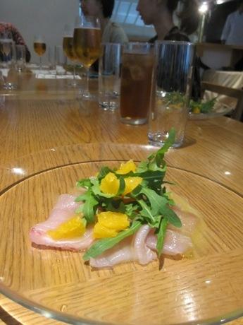 四ツ谷のイタリアンレストランで開催された「Saigenレストラン」(画像=カジキマグロの薫製カルパッチョ、オレンジとルッコラ添え)
